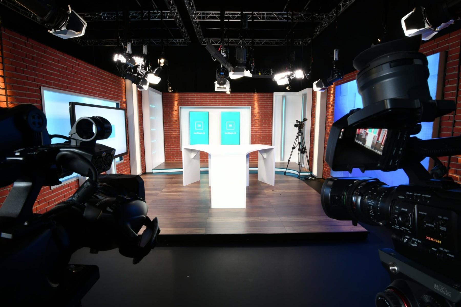 Photo du studio avec un point de vue derrière les caméras en face de la table