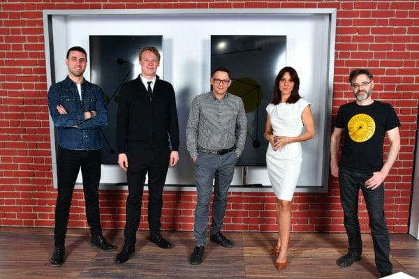 Photo de l'équipe de Nyon Région Télévision dans le Go-studio. Les personnes présentes sont les suivante, de droite à gauche: Alexandre Caporal, Rodion Bolshakov, Florian Cavaleri, Andrea Bras Lopo et Julien Durlemann